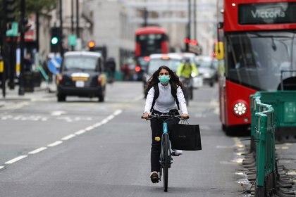 Una mujer anda en bicicleta, en medio del brote de la enfermedad coronavirus (COVID-19), en Oxford Street en Londres el 14 de octubre de 2020. REUTERS/Hannah McKay