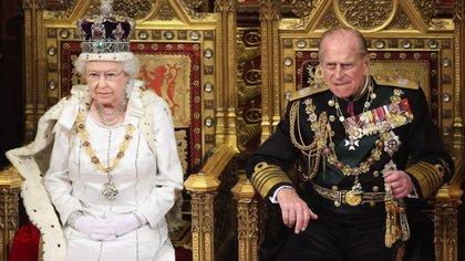 Imagen de archivo. La reina Isabel II de Inglaterra y su esposo, el duque de Edimburgo, en la Cámara de los Lores, Londres