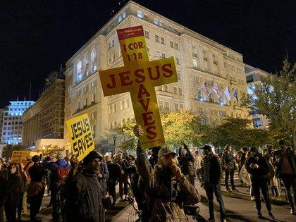 Los manifestantes frente a la Casa Blanca se expresaron con pasión, pero sin agredir a los que pensaban diferente / SEBASTIÁN FEST