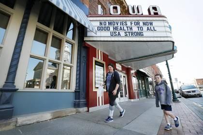 Los propietarios de los cines de EEUU no saben cuándo volverán a abrir (AP Photo/Charlie Neibergall)
