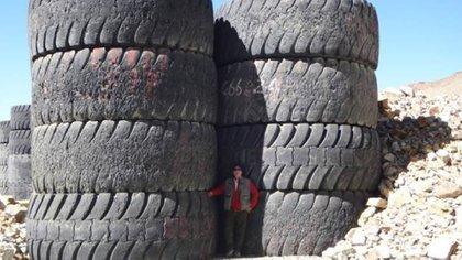 La escombrera tiene unos 470 neumáticos gigantes potencialmente contaminantes sin ningún tipo de aislamiento.