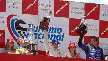 En un podio en el TN en 2008, el año que fue campeón. Está flanqueado por Ezequiel Bosio (a su derecha) y Emanuel Moriatis (a su izquierda), los dos también campeones de la categoría (Prensa APAT).
