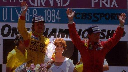 Keke Rosberg y René Arnoux. Detrás de ambos Linda Gray, que en la serie Dallas era la sufrida y alcohólica esposa de J.R.  (www.formula1.com).