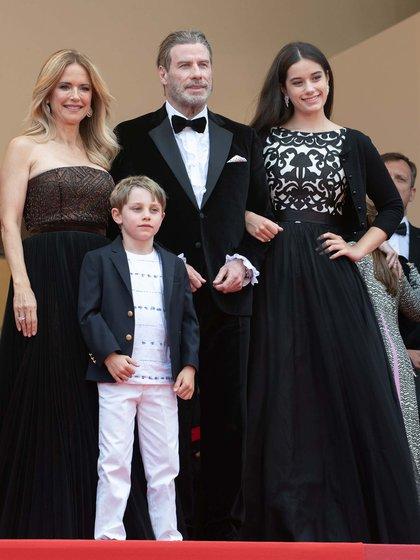 """John Travolta, Kelly Preston y sus dos hijos en la premiere de """"Solo: A Star Wars Story"""" en el festival de Cannes en 2018 (Shutterstock)"""