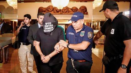 El ciudadano brasileño Wilmondes Sousa sale arrestado del Hotel Yacht y Golf Club (Foto: EFE)