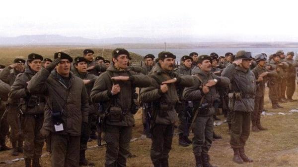 La jura del Regimiento 25 en Darwin-Pradera del Ganso