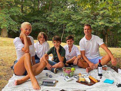 Maxi López junto a su novia, Daniela Christiansson, y sus tres hijos