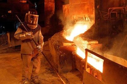 FOTO DE ARCHIVO. Un trabajador monitorea un proceso dentro de la planta en la refinería de cobre de Codelco Ventanas, en Ventanas, Chile. 7 de enero de 2015. REUTERS/Rodrigo Garrido