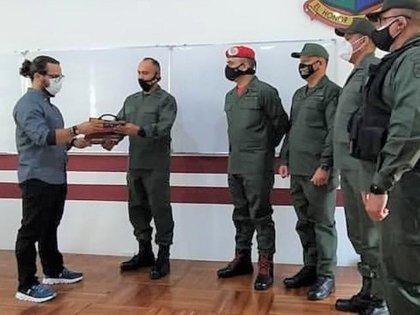 El teniente coronel Granko Aretega, de civil y con coleta en el pelo