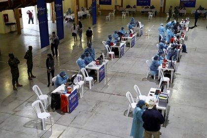 Vista general de una jornada de vacunación contra la covid-19 para personas con discapacidad y adultos mayores hoy, en el Centro de Exposiciones en Quito (Ecuador). EFE/ José Jácome
