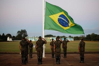 Soldados brasileños ante la bandera nacional en el Palacio de la Alvorada en Brasilia, Brasil (REUTERS/Adriano Machado)