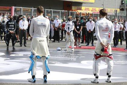 Fórmula 1 F1 - Gran Premio de Bélgica - Spa-Francorchamps, Spa, Bélgica - 30 de agosto de 2020 Lewis Hamilton de Mercedes y Pierre Gasly de AlphaTauri antes de la carrera de grupos a través de REUTERS / Stephanie Lecocq