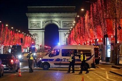 En Francia, el toque de queda impuesto por el Gobierno se extenderá a 15 regiones sacudidas por el coronavirus (REUTERS/Charles Platiau)