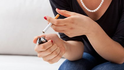 En el inconsciente colectivo persiste la idea de que fumar 'un poquito' no es tan dañino (Shutterstock)