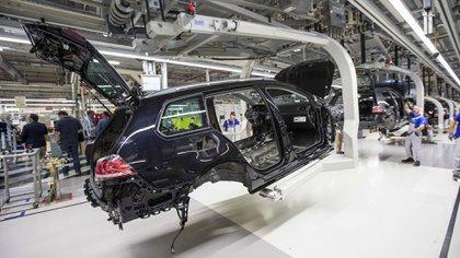 Una carrocería se mueve a lo largo de la línea de producción en la fábrica de automóviles de Volkswagen AG en Zwickau, Alemania (Alex Kraus/Bloomberg)