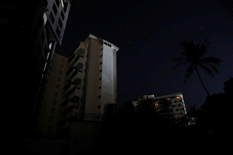 Apartamentos sin luz durante un apagón en Caracas, Venezuela (Reuters)