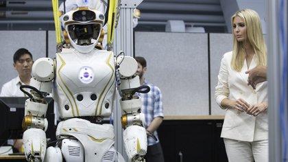 Ivanka Trump mirando un robot durante un tour en el centro de la Nasa, Houston.