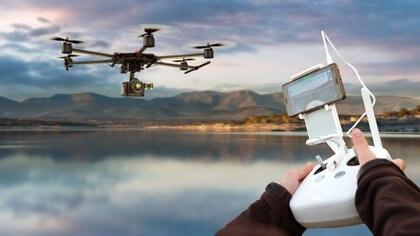 Otro requisito es que el dron siempre debe estar a la vista del operador durante el sobrevuelo (Getty)