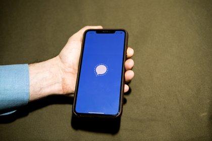 """En la app Signal, los mensajes están cifrados de extremo a extremo, lo que quiere decir que están """"blindados"""" mientras navegan por la web hasta que llegan al destinatario."""