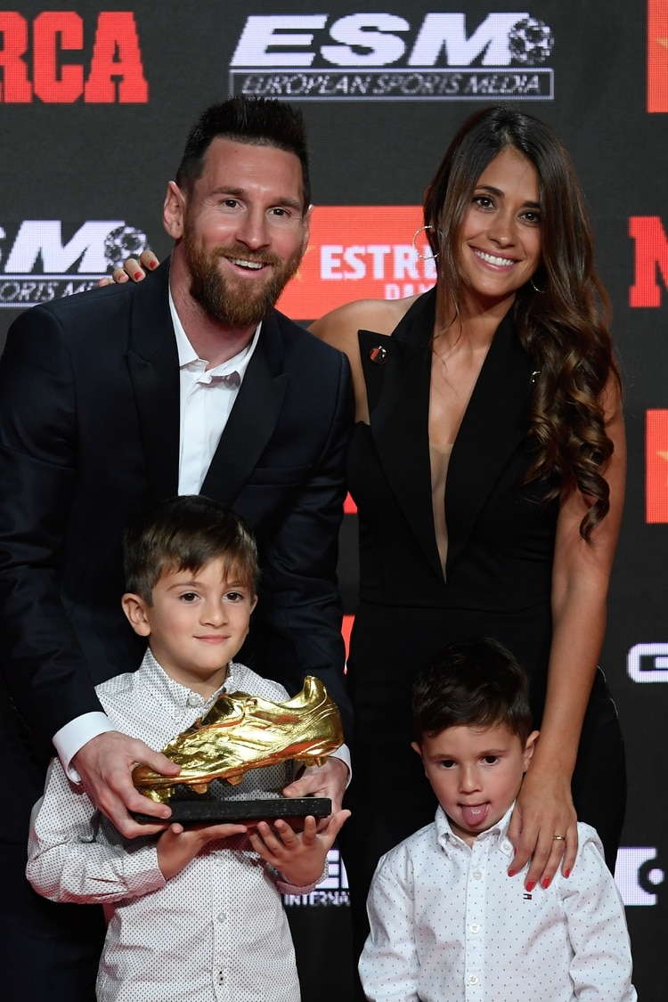 Leo, Antonela, Thiago y Mateo en la foto oficial de la entrega del premio (Foto: AFP)