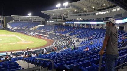 12 de octubre de 2018. El estadio registra una raquítica asistencia a pesar que juegan los populares equipos Bóer y Dantos, y que al momento de la fotografía el partido ya lleva media hora de desarrollo (Cortesía de La Prensa)