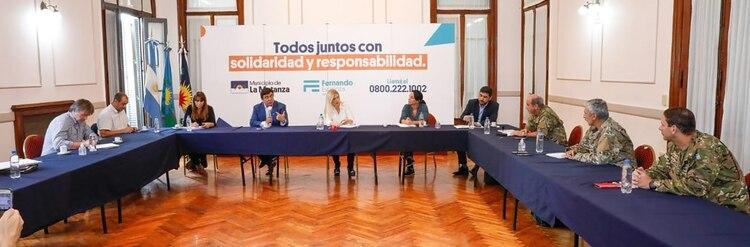 La vicegobernadora, Verónica Magario, junto al intendente Fernando Espinoza, representantes de los ministerio de Defensa, Interior y del Ejército