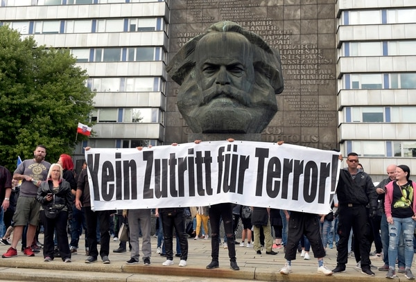 """Las protestas en Chemnitzse desataron tras la muerte de un hombre en un episodio que aún está siendo investigado.""""Ningún lugar para el terror"""" se lee en el cartel (AP Photo/Jens Meyer)"""