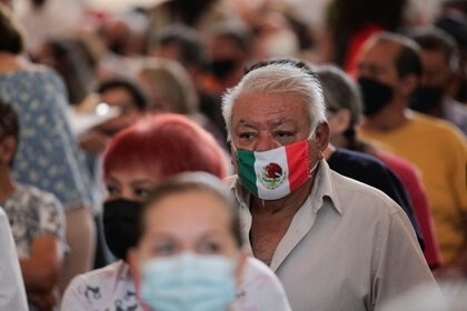 Habitantes de Monterrey esperan sentados para recibir una dosis de la vacuna contra el COVID-19 de AstraZeneca (Foto: Reuters)
