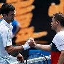 Foto del domingo del serbio Novak Djokovic saludando al argentino Diego Schwartzman en el Abierto de Australia tras ganarle. Ene 26, 2020 REUTERS/Issei Kato
