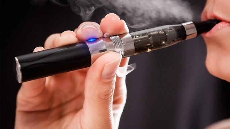 Diversos estudios realizados revelan que el aerosol que emanan los cigarrillos electrónicos contiene cuatro grupos de tóxicos y compuestos cancerígenos (Shutterstock)