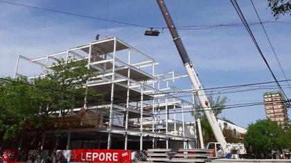 Un edificio, que también se puede montar de varias plantas, el costo del m2 oscila entre USD 800 y USD 900 dólares por metro cuadrado