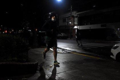La llovizna que cayó esta mañana sobre la Ciudad de Buenos Aires no impidió que muchos corredores salieran a realizar actividad física (Nicolás Stulberg)