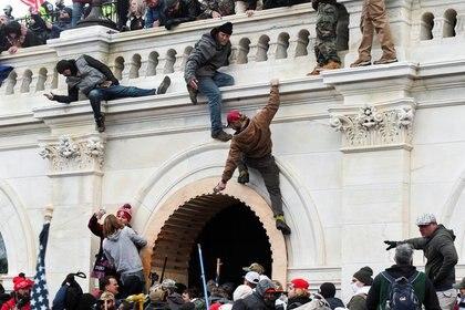 Los fanáticos de Trump asaltaron el Capitolio luego de un acto del presidente saliente e interrumpieron brevemente la certificación de los resultados de las elecciones. (REUTERS/Stephanie Keith)