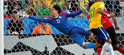 De acuerdo con el técnico, Ochoa es un gran atajador, pero no tiene buen juego con los pies.(Foto: Especial)
