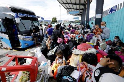 Migrantes venezolanos, varados en Colombia en medio de la pandemia del COVID-19, fueron registrados este jueves antes de tomar un autobús que los llevará hasta la frontera de Colombia y Venezuela, en Bogotá (Colombia). EFE/Mauricio Dueñas