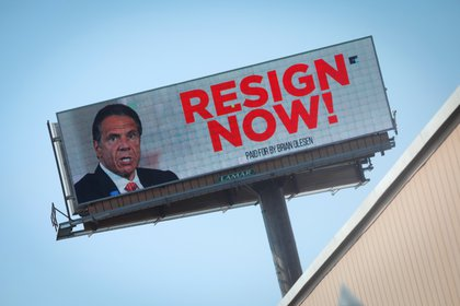 Un cartel publicitario exige la renuncia de Cuomo en Albany, Nueva York (Reuters)