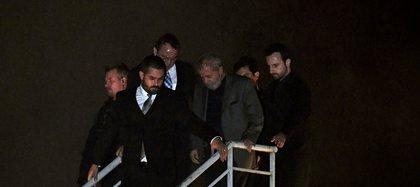 El momento en que Lula es trasladado a la cárcel, en abril de 2018 (AFP)