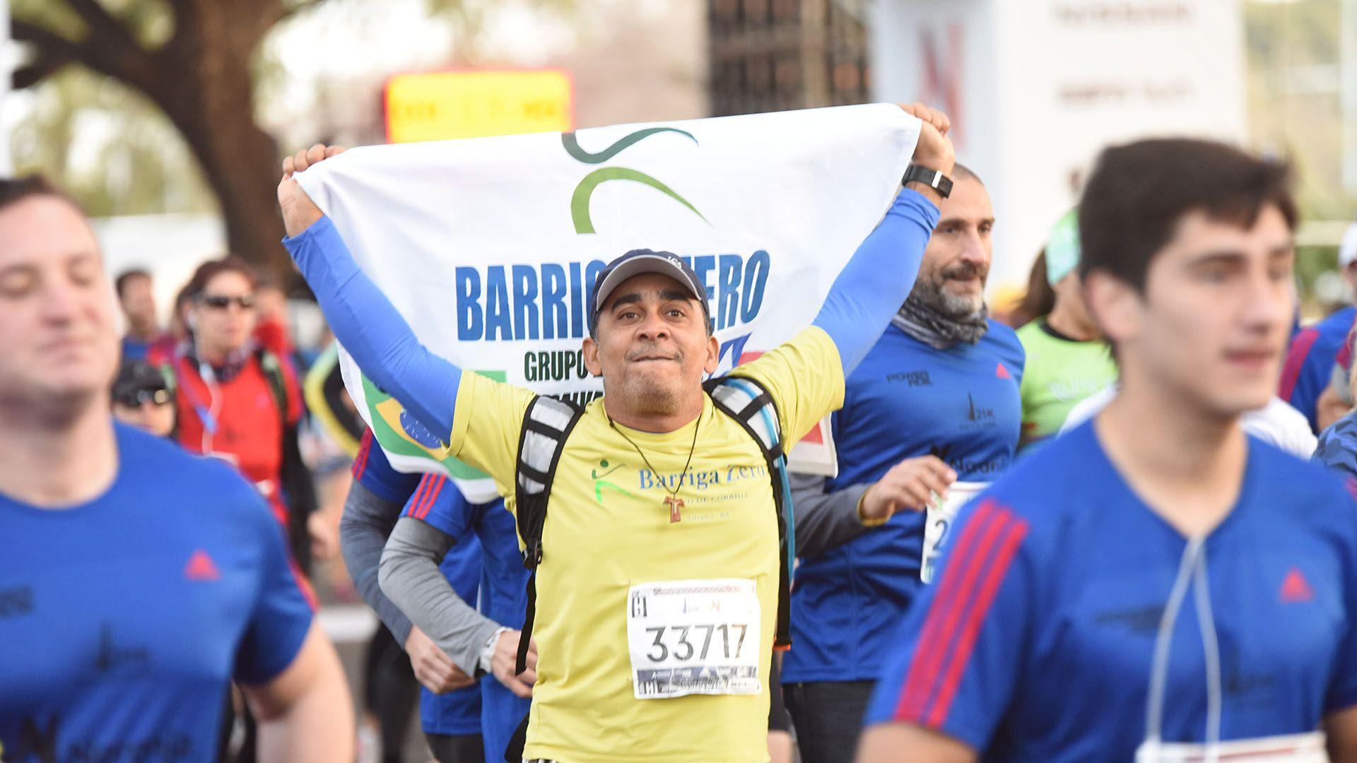 Algunos de los participantes corrieron la media maratón con banderas