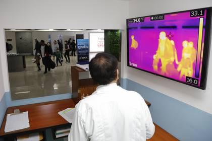 En algunos aeropuertos se implementaron distintas formas de controlar la temperatura de los pasajeros. (REUTERS/Luis Echeverria)