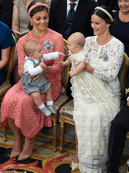 Las princesas Victoria y Sofía de Suecia en septiembre de 2016, durante el bautismo de sus hijos, los príncipes Óscar y Alejandro, en la capilla del Palacio de Drottningholm, en Estocolmo (EFE)