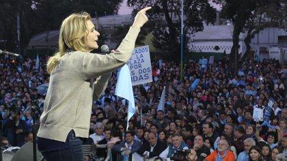 Silvia Elías de Pérez (UCR) y Juan Manzur (PJ) en el acto 'provida'
