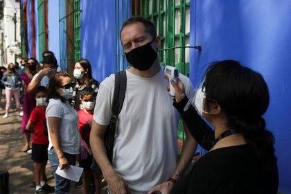 Un hombre se le revisa la temperatura antes de entrar a La Casa Azul, el Museo de Frida Kahlo, mientras cines, gimnasios y museos son reabiertos gradualmente después de que el gobierno de Ciudad de Méxic relajó las medidas de aislamiento introducidas para prevenir la propagación de la enfermedad del coronavirus,  COVID-19. México 6 de marzo de 2021. REUTERS/Henry Romero