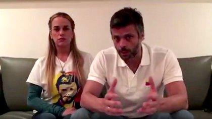 Leopoldo López, un referente opositor venezolano que se encuentra encarcelado desde 2014, junto a su esposa Lilian Tintori. Pudo recibir mensajes de Guaidó, que lo considera un mentor