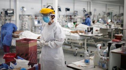 Personal médico realiza controles a pacientes con COVID-19 en una unidad de terapia intensiva en un hospital de la provincia de Buenos Aires (Argentina). EFE/Juan Ignacio Roncoroni/Archivo