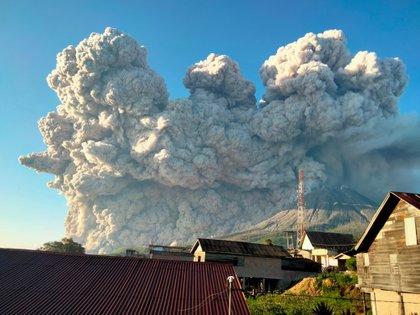 La erupción vista desde Karo, Sumatra del Norte (Sastrawan Ginting / AFP)