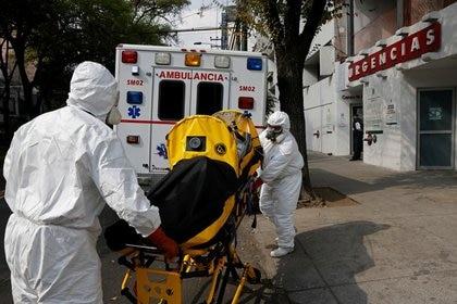 Imagen de archivo. Paramédicos trasladan a una paciente que padece la enfermedad causada por el nuevo coronavirus (COVID-19) del hospital de Durango a otro hospital, luego de que fuera rechazada por la ocupación de camas completas dentro de los hospitales de la Ciudad de México, México. 6 de enero de 2021. REUTERS / Carlos Jasso