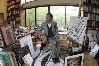 Kenzo Takada entre sus cuadros, su segunda pasión (Photo by FRANCOIS GUILLOT / AFP)