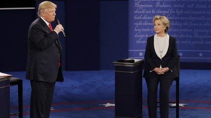 Los candidatos recibieron preguntas de los moderadores y del público (AP)