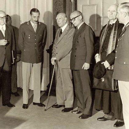 Borges y Sabato en la delegación de escritores después del almuerzo con Videla en mayo de 1976