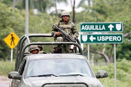 Soldados mexicanos cerca al pueblo Aguililla. (AP)